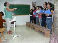 Hania Sabbara conducts the youth choir (photo: DW)
