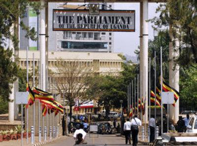 Flags at half-staff in front of the Parliament in Kampala, Uganda, after the bomb attack during the football World Cup 2010 (photo: AP/Stephan Wandera)
