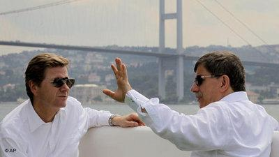 Foreign ministers of Germany and Turkey, Westerwelle and Davutoglu, in Istanbul (photo: AP/Kerim Okten)