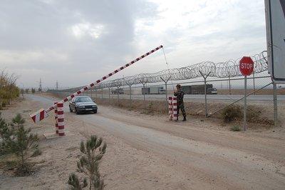 The Nizhniy Pyandzh border-crossing (photo: Edda Schlager)