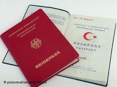 A German and a Turkish passport (photo: dpa)