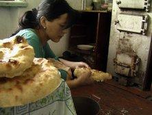 Zhainagul baking bread (photo: Edda Schlager)