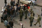 Demonstrators and soldiers on the streets of Tunis (photo: dpa)