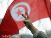 A demonstrator in Tunis gives the victory sign (photo: picture alliance/dpa)