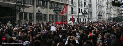 Demonstrators in front of the Ministry of the Interior in Tunis (photo: picture alliance/dpa)