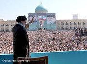 Ayatollah Ali Khamenei speaks in front of the Khomeini mausoleum (photo: dpa)