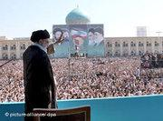 Ayatollah Ali Khamenei speaks in front of the Khomeini mausoleum (photo: dpa)