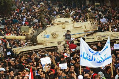 Protesters surround a tank in Cairo's Tahrir Square (photo: dpa)