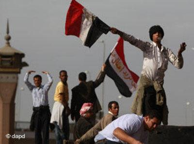 Egyptians wave their country's flag in celebration of Mubarak's resignation (photo: dapd)