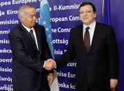 Islam Karimov (left) shaking hands with José Manuel Barroso (photo: AP)
