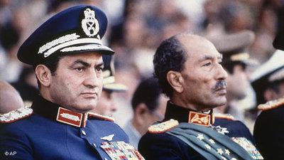 Hosni Mubarak (left) and Gamal Abdel Nasser (right) during a military parade in 1981 (photo: AP)