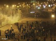 Egyptian riot police clash with anti-government protesters in Suez, Egypt (photo: dapd)