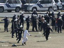 Bahraini riot police chase protesters at the Pearl roundabout (photo: Hassan Ammar/AP/dapd)