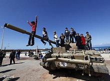 Libyan children play on a tank in Benghazi (photo: dapd)