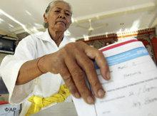 An Indonesian voter at parliamentary elections 2009 (photo: AP)