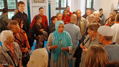 Visitors at the Sehitlik Mosque in Berlin (photo: Markus Schreiber/AP)