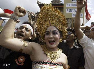 A woman wearing a traditional Balinesian costume protests against the Anti-Pornography Law (photo: AP)