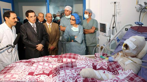 Muhammad Bouazizi in hospital during a visit of Ex-President Ben Ali (photo: AP)