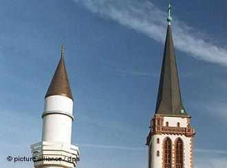 Minaret and church spire in Germany (photo: picture-alliance/dpa)
