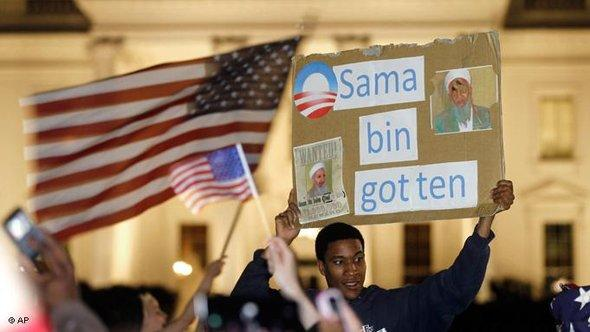 US Americans celebrate the death of Osama Bin Laden in front of the White House in Washington (photo: AP)
