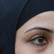 Woman wearing a headscarf (photo: dpa)