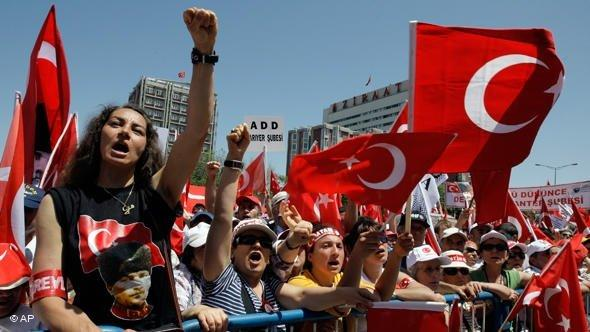 AKP opponents during a protest rally in Ankara (2008); photo: AP