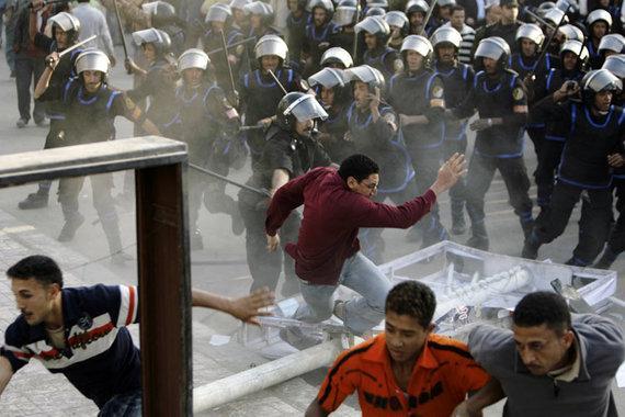Ausschreitungen ägyptischer Sicherheitskräfte gegen Demonstranten in Mahalla al-Kobra; Foto: AP