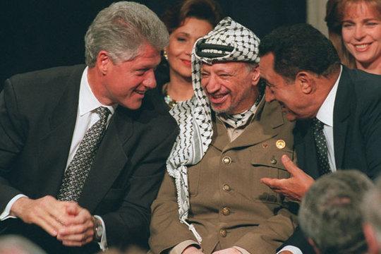 Bill Clinton, Jassir Arafat und Hosni Mubarak in Washington; Foto: AP