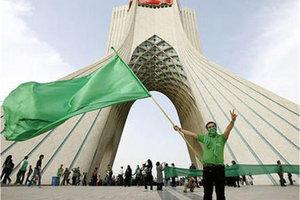 Protestors of the Green Movement in front of the Azadi-monument in Teheran (photo: DW)