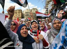 Female demonstrators protesting against the Mubarak regime in Cairo (photo: picture-alliance/dpa)