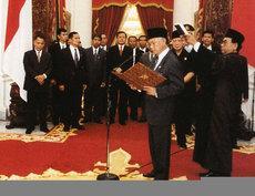 Bacharuddin Jusuf Habibie taking the presidential oath (photo: Wikipedia)