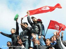 Young protesters waving the Tunisian flag (photo: dpa)