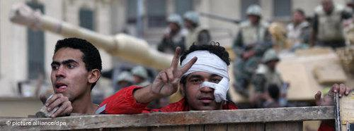 A young man making the victory sign on Tahrir Square in Cairo (photo: dpa)