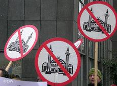 Members of Pro Köln demonstrating against the construction of the mosque (photo: DW)