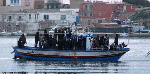 African refugees on a boat heading for Lampedusa (photo: dpa)