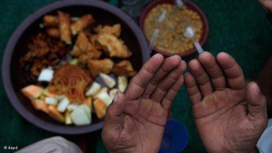 A man praying before breaking his fast in Pakistan (photo: dapd)