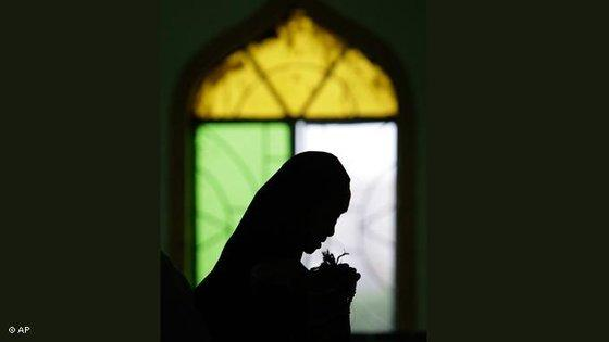 Praying Muslim woman in the Philippines during Ramadan (photo: AP)