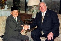 Habibie with Helmut Kohl (photo: dpa)
