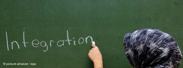 The word 'Integration' on a black board (photo: picture-alliance/dpa)