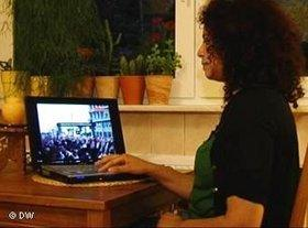 Tunisian Blogger watching a video of demonstrators (photo: DW)