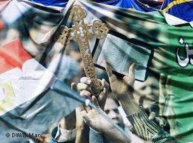 Demonstrators at Tahrir Square holding Crosses and Korans (photo: DW/ Bettina Marx)
