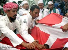 Indonesian Muslims venting their anger on a Danish flag (photo: picture alliance/dpa)