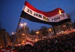 Revolutionsfahne mit Aufschrift 25. Januar am Tahrir-Platz, Foto: AP