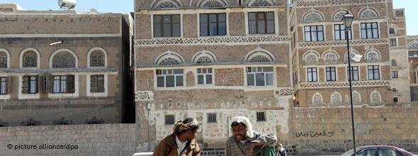 Yemenites in the historic centre of Sanaa (photo: dpa)