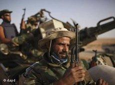 Libyan rebels in front of Bani Walid (photo: dapd)