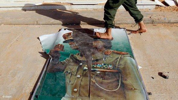 Tattered poster of Gaddafi (photo: dapd)