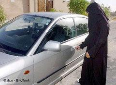 Woman standing next to a car in Saudi Arabia (photo: dpa Bildfunk)