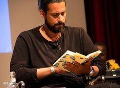 Abbas Khider während einer Lesung anlässlich des 60. Jahrestages der Unterzeichnung der Genfer Flüchtlingskonvention; Foto: DW