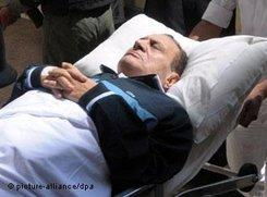 Mubarak being wheeled into an Egyptian courtroom in Cairo (photo: dpa)