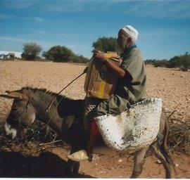 A man on the 'book caravan' (photo: Regina Keil-Sagawe)